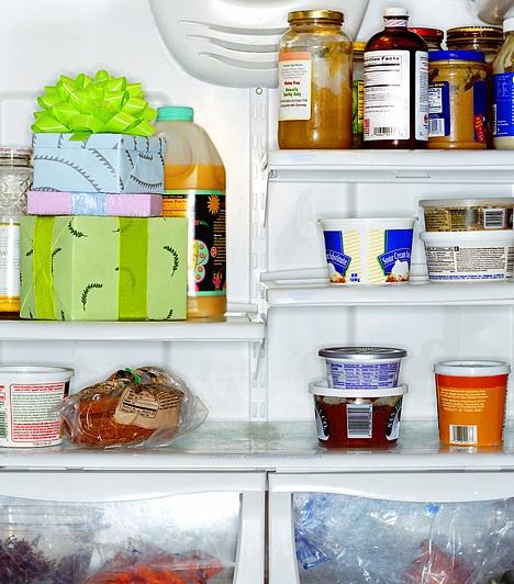 Olvaszd le a hűtőt!  Ha már nagyon régi a hűtőd, ideje lecserélned, hiszen ezek híres áramzabálók. Ha most ezt nem teheted meg, legalább rendszeresen olvaszd le.  Kapcsolódó cikk: Te is rosszul használod a hűtőt? »