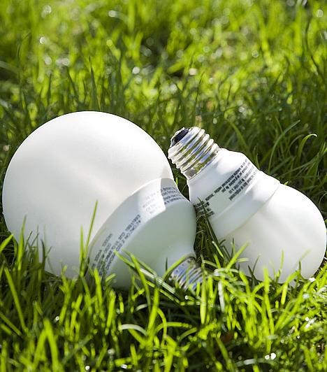 Használj energiatakarékos izzókat!Az otthonodban is sokat spórolhatsz. Ha a hagyományos izzókat energiatakarékos típusokra cseréled, akkor például csökkentheted az áramszámlát. Ezek ugyanis kevesebbet fogyasztanak, mint a régi izzók, az élettartamuk pedig hosszabb.