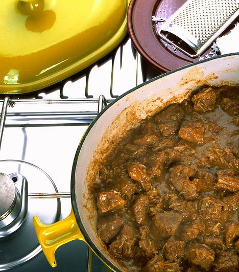 Az edényekkel is spórolhatsz!Kevesebb energiára van szükség a főzéshez, ha az egyszerű lábasok helyett zománcozott vas edényekben vagy kuktában főzöl. Ezekben gyorsabban megpuhul az étel - a kuktában ráadásul finomabb is lesz.