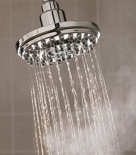 Kádfürdő helyett gyors zuhanyBár jó érzés hosszan elnyúlni egy kádban, ezzel nagyon sok vizet pazarolsz. Hetente-kéthetente természetesen megengedheted magadnak, de általában jobban teszed, ha gyors zuhanyra cseréled a fürdőzést.