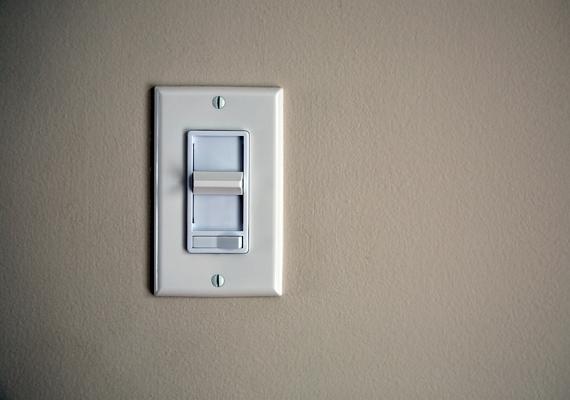 A dimmer, vagyis fényerő-szabályozó forgatógomb segítségével beállíthatod az adott helyiségben használt izzók teljesítményfelvételét.