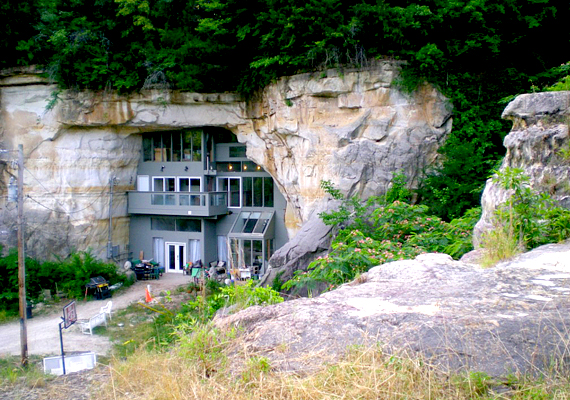 Az amerikai Missouri államban, Festusban található energiahatékony házat Curt és Deborah Sleeper építette. Otthonuk a modern kort és az ősi, természetes körülményeket ötvözi.