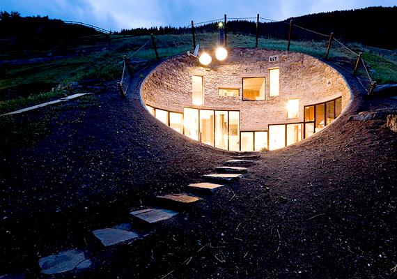 A svájci Hobbitházat SeArch és Christian Müller építészek tervezték. Mivel a föld alá építették, télen fűt, nyáron pedig hűt.