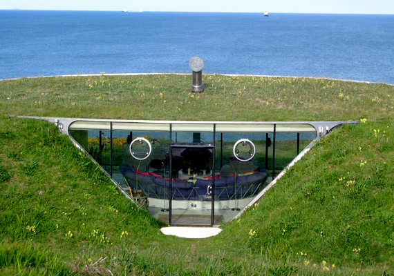 A walesi, föld alá ásott épületet Teletubby-háznak is nevezik, hivatalos neve azonban Malator. Csupán egy szobát foglal magában.