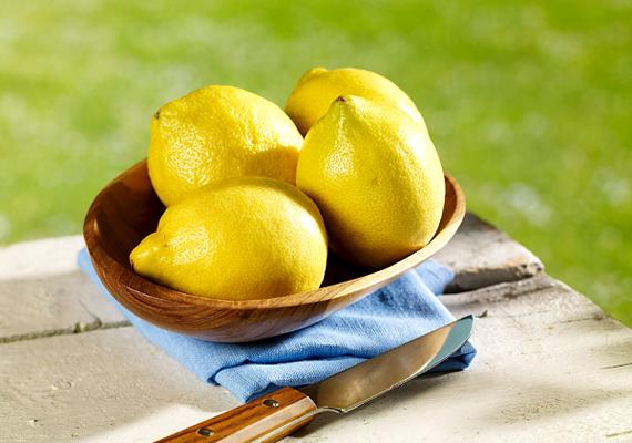 Ha ez nem segít, próbáld ki a következőt: fél citrom levét keverd össze egy teáskanál szódabikarbónával, majd ezzel is töröld át a fugákat.