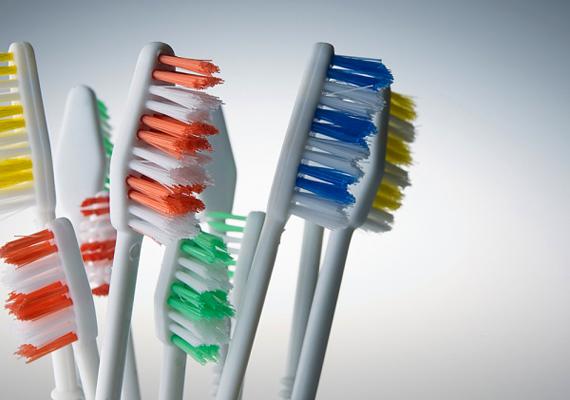 Nem mindegy, milyen eszközöket használsz a csempetisztításhoz. A fugákat fogkefével, illetve durva sörtéjű kefével is dörzsölheted, a csempét azonban puha ronggyal, illetve puha kefével tisztítsd, nehogy megkarcold.