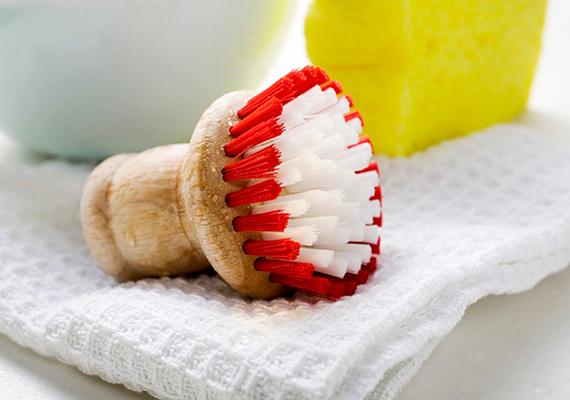 A fekete foltok ellen - melyeket többnyire a penészgomba okoz - hatékony lehet, ha 1 dl 20%-os ecetet összekeversz egy liter forró vízzel. Ezzel mosd, illetve dörzsöld át a felületet.