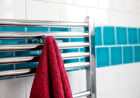 Kezdd a csempetisztítást azzal, hogy becsukod a fürdő ajtaját, majd megengeded a forró vizet. Az így keletkező gőz segít feloldani a szennyeződéseket.