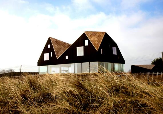 A Dune House nevű épület, melyet a Living Architecture építészcég tervezett, Suffolkban, az Egyesült Királyságban található.