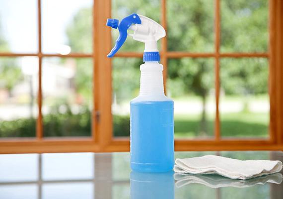 Az ablakmosás is a veszélyes teendők közé tartozik, gyakoriak az esések, ezért mindig nagyon körültekintően végezd.