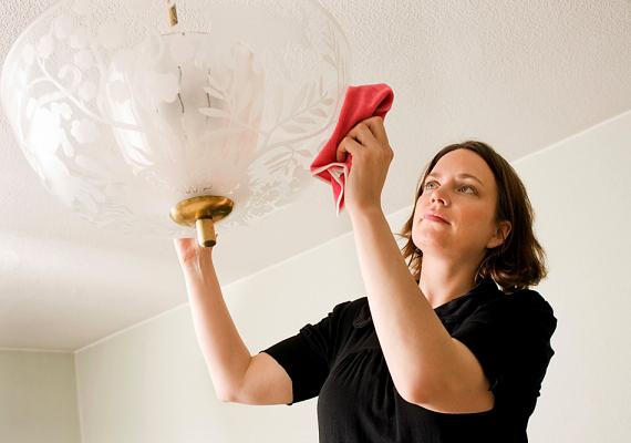 A portörlés amellett, hogy allergiás reakciókat és légúti problémákat okozhat, az ablakpucoláshoz hasonlóan balesethez is vezethet, amennyiben nehezen elérhető helyeket akarsz megközelíteni, és különféle berendezési tárgyakra állsz fel mindehhez.