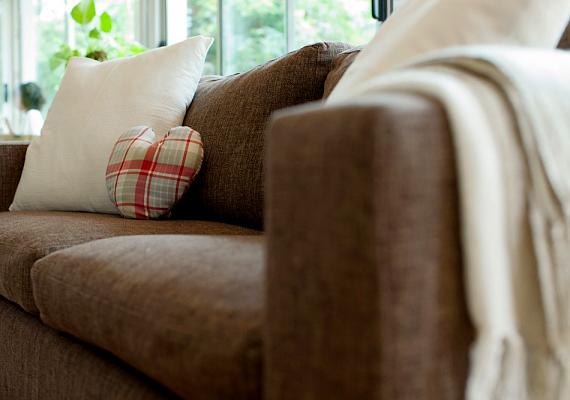 Hasonló okokból kifolyólag, különösen, ha nem vagy hozzászokva, a nehezebb bútorok tologatását és a súlyos tárgyak pakolását is bízd egy erősebb emberre. Mindez nemcsak vérnyomás-emelkedést idézhet elő, de húzódást, idegbecsípődést is okozhat.