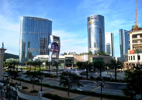 Ugyanitt, előbbi épület közelében található a City of Dreams, mely egyszerre hotel, kaszinó, bevásárló- és szórakoztatóközpont. 2009-re épült fel, mai értéken 2,75 milliárd dollárból.