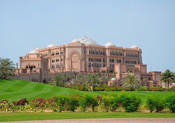Az Egyesült Arab Emirátusok híresek gazdagságáról és luxusépületeiről. Ezek közé tartozik az Emirates Palace nevű hétcsillagos luxushotel is Abu Dhabiban. 2005-re épült fel, mai értéken számítva 4,46 milliárd dollárból.