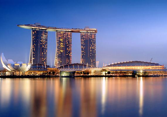 A Marina Bay Sands nevű hotel és kaszinó Szingapúrban, a Marina-öbölben magasodik. 2010-re építették fel, mai értéken számítva 6 milliárd dollárból.