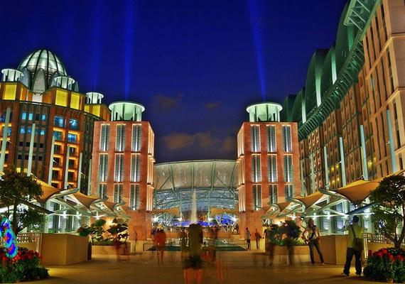 Szintén Szingapúrban található, valamint szintén kaszinó és hotel egyben a Resorts World Sentosa, mely egyúttal egy filmes élményparkot, valamint a világ legnagyobb ócenáriumát is magában foglalja. 2010-re épült fel, mai értéken 5,38 milliárd dollárból.