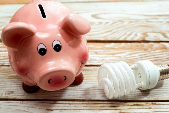 Hagyományos izzókat használsz                         Számos alkalommal írtunk már arról, miért érdemes a hagyományos izzókat energiatakarékos változatokra cserélni, az áramfogyasztás tekintetében megvalósuló különbséget azonban nem lehet eléggé hangsúlyozni. A E.ON szerint egy energiatakarékos izzó akár 80%-kal is kevesebb áramot fogyaszt, mint egy hagyományos. Ha szeretnél többet tudni a LED-es fényforrásokról, kattints ide, ha pedig egy összeállításra is kíváncsi vagy annak tekintetében, melyik energiatakarékos verzió a legjobb, itt érheted el.