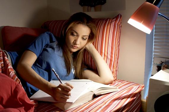 Nem váltasz olvasólámpáraAz E.ON javaslata szerint olvasáshoz ne használd a helyiség legerősebb világítóalkalmatosságát, sokkal takarékosabb állólámpára vagy olvasólámpára váltani.