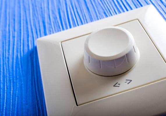 Nem csupán hangulatosabbá teheted a nappali vagy a háló megvilágítását egy fényerő-szabályozóval. Az E.ON is felhívja a figyelmet rá - honlapján, a spórolási tippek között -, hogy ezzel a pár száz forintos eszközzel csökkentheted a fogyasztást, és növelheted az izzók élettartamát.
