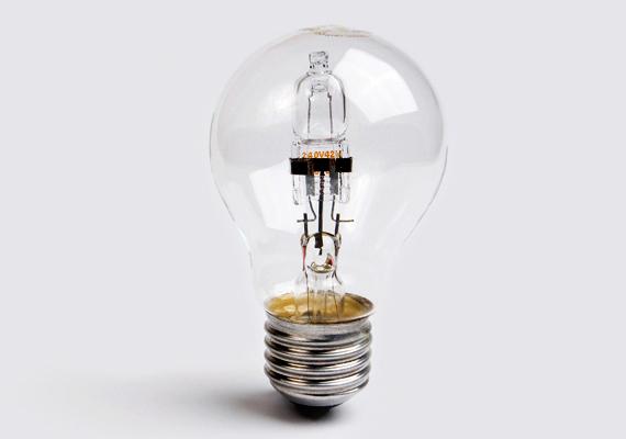 A halogén izzó szintén alkalmas a spórolásra, ráadásul fénye hasonlít a hagyományos izzó világítására, olcsó, és a gyakori kapcsolgatás sem teszi tönkre. Ha szeretnél többet tudni az egyes fényforrásokról, kattints korábbi cikkünkre, melyben összehasonlítottuk, melyikkel mennyit lehet spórolni.