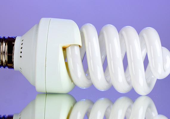 A kompakt fénycső is takarékosabb a hagyományos izzónál, hosszú élettartammal és magas energetikai hatásfokkal rendelkezik, legalábbis, ha nem kapcsolgatod állandóan, mert azt nem viseli olyan jól.
