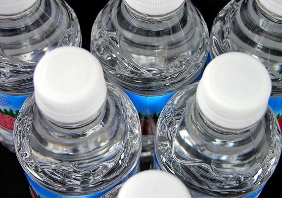 A vasalóba töltött desztillált víz segít a szerkezetet mentesíteni a vízkőlerakódástól. Ezt továbbgondolva nem árt, ha desztillált vizes törlőkendővel tisztítod meg a csaptelepeket és a csempét. Így gyakorlatilag vízzel moshatod le a vízkövet, és nem is képződik tőle új.