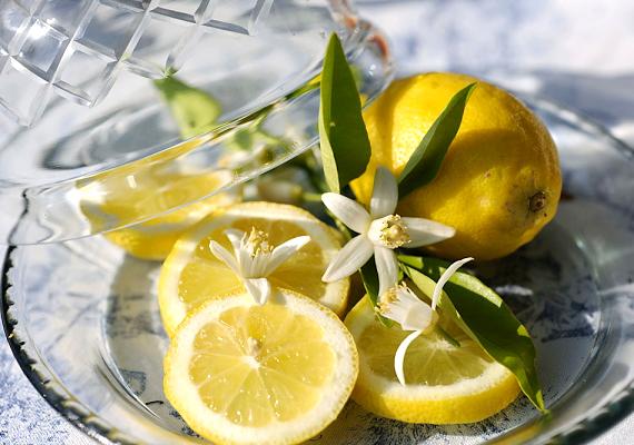 A citrom szintén citromsavtartalma miatt számít remek súrolószernek. Facsard ki egy-két gyümölcsnek a levét, majd célzottan törölgesd át vele a vízköves felületeket. Fél óra után dörzsöld még át a területet, majd forró vízzel öblítsd le az egészet.