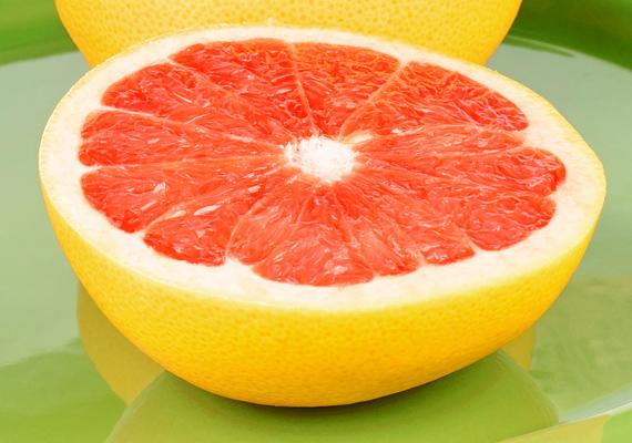 A grépfrútban található citromsav egy kis sóval elkeverve remek súrolószert alkot. Alaposan dörzsöld át vele a vízköves felületet, majd 20 perc után forró vízzel öblítsd le a csempéről, csapról.