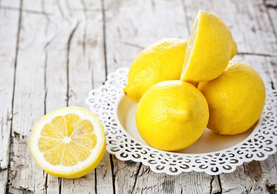 A citrom fertőtlenít, és leoldja a vízkövet. A levét öntsd a WC-csészébe, a kefével oszlasd el, majd öblítsd le, így egyúttal kellemes citromillatot is teremthetsz. A citrom felhasználásáról itt olvashatsz bővebben!
