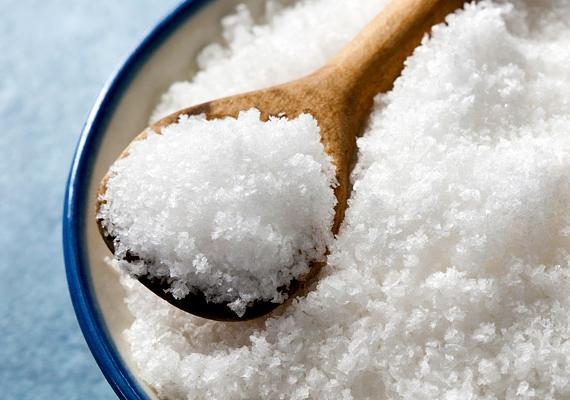 A só hatékony házi súrolószer lehet. Hasonlóan a citromhoz, szórj belőle a WC-kagylóba, majd öt-tíz perc elteltével dörzsöld át a felületet a kefével. Ide kattintva megtudhatod, hogyan készíthetsz belőle fürdőszobai súrolószert!