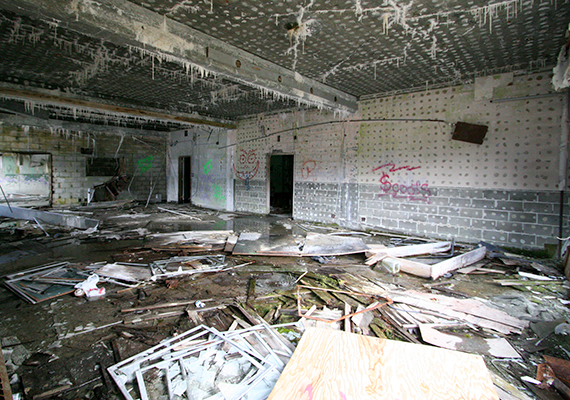 Az egykori Buckner Building - a képen - ma elhagyatottan áll, míg társa élettel teli. A lakóházzá vált épület olyan, mint egy függőleges város, csaknem minden megtalálható benne, amire a lakóknak szükségük lehet, a postahivataltól, az élelmiszerbolton, a mosodán és a kórházi egységen át a rendőrségig és a városi hivatalokig.