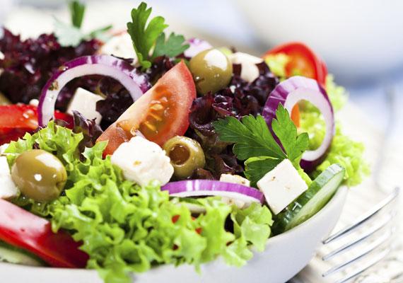 Friss salátaBármilyen zöldségek is legyenek otthon, egy jó kis salátát biztosan összedobhatsz belőlük pár perc alatt. Minél több zöldséget variálsz, annál ízletesebb lesz a végeredmény, némi fehér sajttal és pirított baconnel felvértezve pedig igazi élményt nyújt. Ez itt épp a görögsaláta receptje, de használd bátran a fantáziádat, és keverd az ízeket kedvedre!