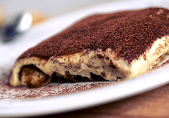 Gyors somlói                         Egy gyors desszert mindig jól jön, hiszen a legváratlanabb pillanatokban törhet az emberre az édesség iránti vágy. Ezekre a pillanatokra tökéletes megoldás a hamis somlói, ami az eredetivel ellentétben babapiskótából készül, és alig 15 perc alatt kész is van.
