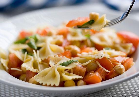 Zöldséges tésztasalátaHa megfelelő tésztát választasz hozzá, ez az egytálétel nemhogy nem hizlal, de valószínűleg fogyaszt is, minél több friss zöldséggel készítsd, hogy biztosan egészséges legyen, és lehetőleg kerüld a sajtot mint feltétet.