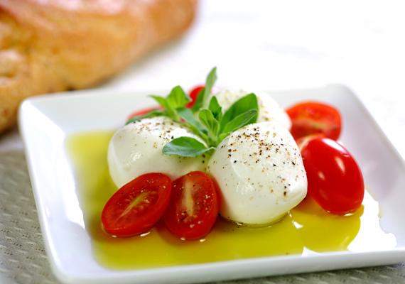 Caprese saláta                         Könnyed fogás olasz módra, avagy mozarellagolyók vagy -szeletek friss bazsalikommal és üde paradicsomokkal megpakolva. Ezt az ételt bármikor kedvedre fogyaszthatod, lehet a nap utolsó fogása egy könnyed vacsora formájában, de akár tízóraira vagy uzsonnára is tökéletes. Egyszerűen csak darabold fel a kívánt formára a mozarellát, vágj mellé bazsalikomot és paradicsomot, majd önts rá pár csepp extra szűz olívaolajat.