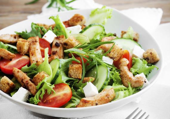 Cézár-saláta                         Igazi klasszikus saláta, amiből ha kihagyod a kenyérkockákat, és a megszokottnál kevesebb dresszinget teszel rá, máris egy meglehetősen kalóriaszegény, ám annál finomabb egytálétel van előtted. Magaddal viheted a munkába, iskolába, bárhova, hogy amikor eljön az ebédidő, gyorsan befald, és az ebéd után nemhogy bágyadt nem leszel, hanem még új erőre is kapsz. Az eredeti receptet itt találod.