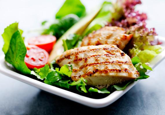 Pirított csirke salátával                         A csirkemell meglehetősen sovány hús, amit nyugodtan fogyaszthatsz akkor is, ha diétázol, és akkor is, ha épp meg szeretnél szabadulni néhány kilótól, de a kedvenc ízeidről nem mondanál le. A frissen sült hús mellé remekül passzol bármilyen saláta, így egy igazán komplex, egészséges menüt fogyaszthatsz. Itt egy illatos, kakukkfüves recept hozzá.