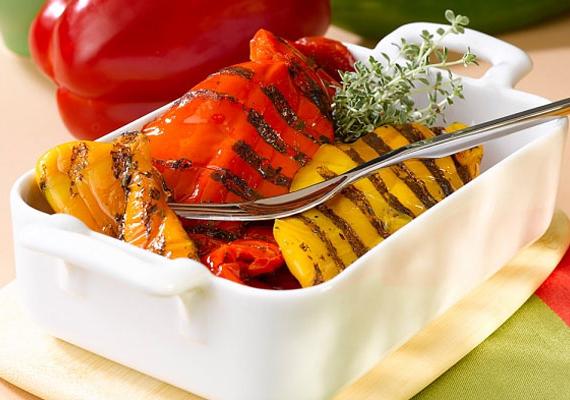 Sültpaprika-saláta                         A mindössze 500 kalóriát tartalmazó, ízletes, zamatos étel már-már a nyarat idézi, de bármikor összedobhatod. Akkor lesz a legfinomabb, ha többféle paprikából, vegyesen készíted, és akkor lesz a legszebb is, hiszen igazán látványos a sárga, piros, zöld színekben pompázó étel. Így készítsd!