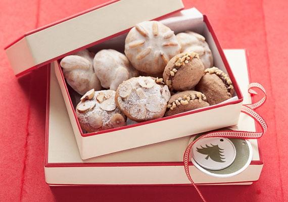 Kekszek                         A ropogós és óriási mennyiségben készíthető édességgel nem tudsz hibázni, elrontani képtelenség, nem nagyon lehet olyan emberrel találkozni, aki ne szeretné, és 30 perc alatt garantáltan kész vagy vele. Kicsit feldíszítve és egy ünnepi dobozba rejtve remek ajándék is lehet belőle. A legnépszerűbbek a mézes és a csokis változatok.