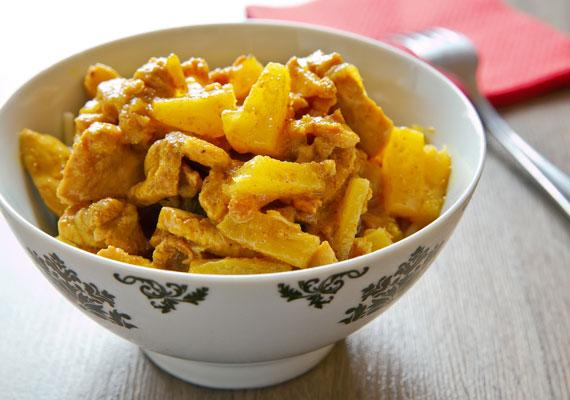 Ananászos csirkemell                         A rosszabb helyeken hawaiiként emlegetett ananászos-csirkemelles ragu zseniális étel, ha jól készítik. Ahhoz, hogy finom legyen, két dologra kell figyelned, az egyik az, hogy a csirkemell ne legyen száraz, a másik pedig az, hogy ne főjön túl puhára az ananász, ekkor a benne lévő vitaminokból is több marad meg, és lédúsabb is marad a gyümölcs, márpedig ez az étel csak úgy lesz igazán finom. Ha vaj és bacon nélkül készíted, a kalóriákat sem kell számolnod.