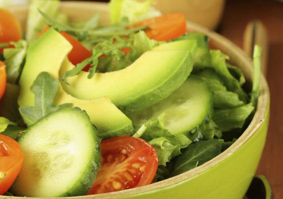 Zsírégető avokádósaláta                         Az avokádó igazi vitaminbomba, ami ráadásul a bőrödnek is jót tesz. A 13 vitamint tartalmazó zöldség szinte mindennel isteni finom, egy kis főtt tojással vagy pár másik zöldséggel összevágva is, itt egy igazán hatékony, pikáns recept, ami biztosan ízleni fog!