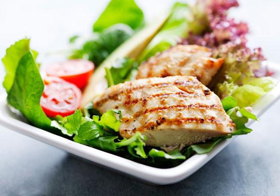 Vitaminsaláta zamatos csirkemellel                         Az étel, ami mindent tartalmaz, amire csak egy felnőtt szervezetnek szüksége lehet. A vitamindús, nyers zöldségek és a fűszerekkel pirított csirkemell minden diétázónak kész főnyeremény, hiszen laktat, isteni finom, és nem is hizlal. Ráadásul ennél könnyebben összerakható étel nincs is, talán csak a vajas kenyér.