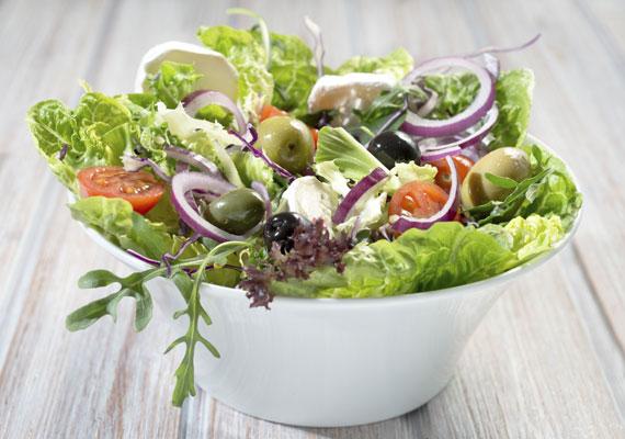 Laktató tavaszi saláta                         Válogasd össze a kedvenc zöldségeidet, tisztítsd meg, majd állítsd össze őket egy nagy tál salátává. Tulajdonképpen szinte bármilyen zöldség kerülhet bele, amit csak szeretsz, ráadásul annál jobb, minél többféle ízt tartalmaz, készítsd el pár perc alatt!