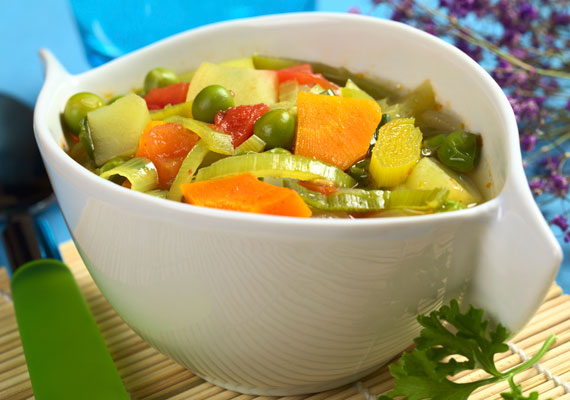 Zsírégető zöldségleves                         Egy tál forró, zöldségekkel jól megpakolt leves bármikor jólesik a szervezetednek, ráadásul szinte bármilyen fogyókúrával kompatibilis fogás ez, úgyhogy kipróbálhatod nyugodtan, ilyen egyszerűen elkészítheted.