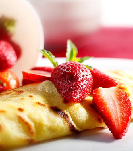 Palacsinta  Habár a palacsinta nem tipikusan gyümölcsös sütemény, töltelékként bármikor felhasználhatod a zamatos terméseket. Málnával, eperrel és meggyel is isteni!  Kapcsolódó cikk: Gyümölcsös palacsinta »