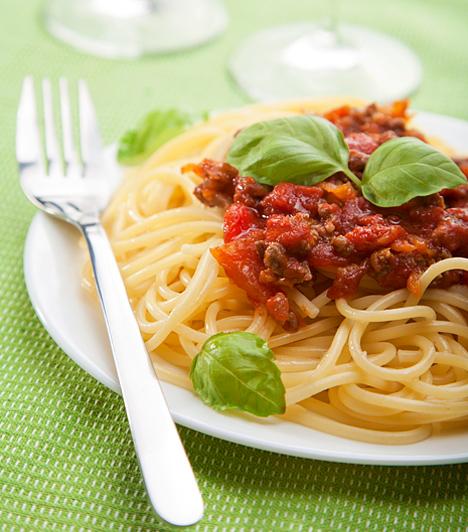 Bolognai spagetti  Talán a legismertebb olasz étel mind közül a bolognai spagetti, ami nemcsak nálunk nagy sláger, de a taljánok nagy kedvence is. A fogás finomságának titka a tészta al dantéra, vagyis roppanósra főzésében rejlik.  Kapcsolódó cikk: Bolognai spagetti: így csinálják az olaszok »