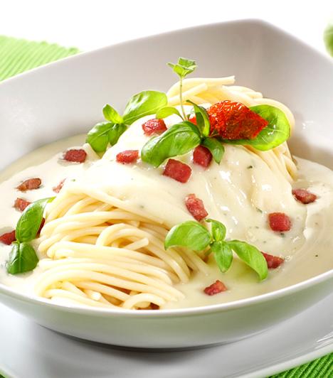 Spagetti carbonara  Ennél gyorsabb olaszos vacsorát keresve sem találsz, hiszen amíg a tészta megfő, addig pont elkészítheted a szószt is. Nem véletlen, hogy az olasz szénégetők kedvelt eledele volt hajdanán.  Kapcsolódó cikk: A spagetti carbonara receptje »