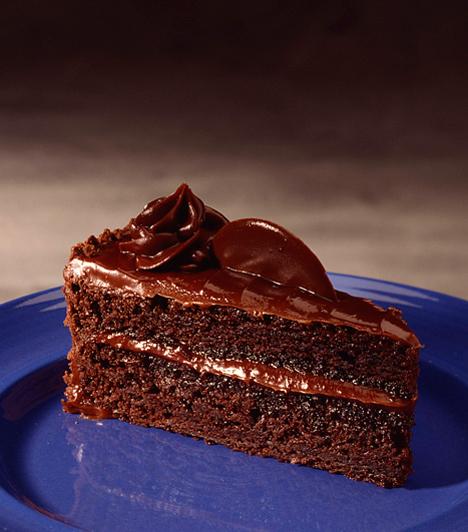 Olasz csokitorta  A csokitorta alapvetően nem egy autentikus olasz fogás, de ha a következő recept már egészen más témakörbe tartozik. Akármennyire édesszájú vagy, ez a tömény sütemény lehet, hogy még rajtad is kifog!  Kapcsolódó cikk: Omlós olasz csokitorta »