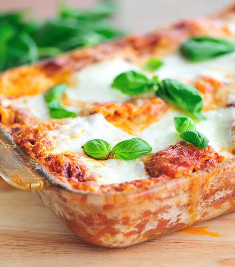 Lasagne  Ha a gyorsan elkészíthető ételek híve vagy, akkor a lasagne lesz a te embered. A rakott tésztával ugyanis nem kell sokat bajlódni, egyszerűen csak rétegezd egy tálba, felváltva valamilyen kedved szerinti töltelékkel.  Kapcsolódó cikk: Így készül a tökéletes lasagne » Isteni olaszos lasagne csirkehússal »