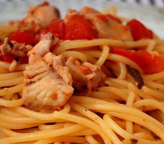 A legnépszerűbb hazai hús és a világon legnépszerűbb étel találkozása remek ételt alkot, némi paradicsommal és pirított csirkemellel bárkit levehetsz a lábáról.